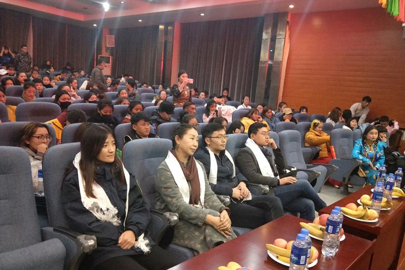"""团委社团联合会举办以""""民族团结一家亲 同心共筑中国梦""""为主题的歌舞晚会"""